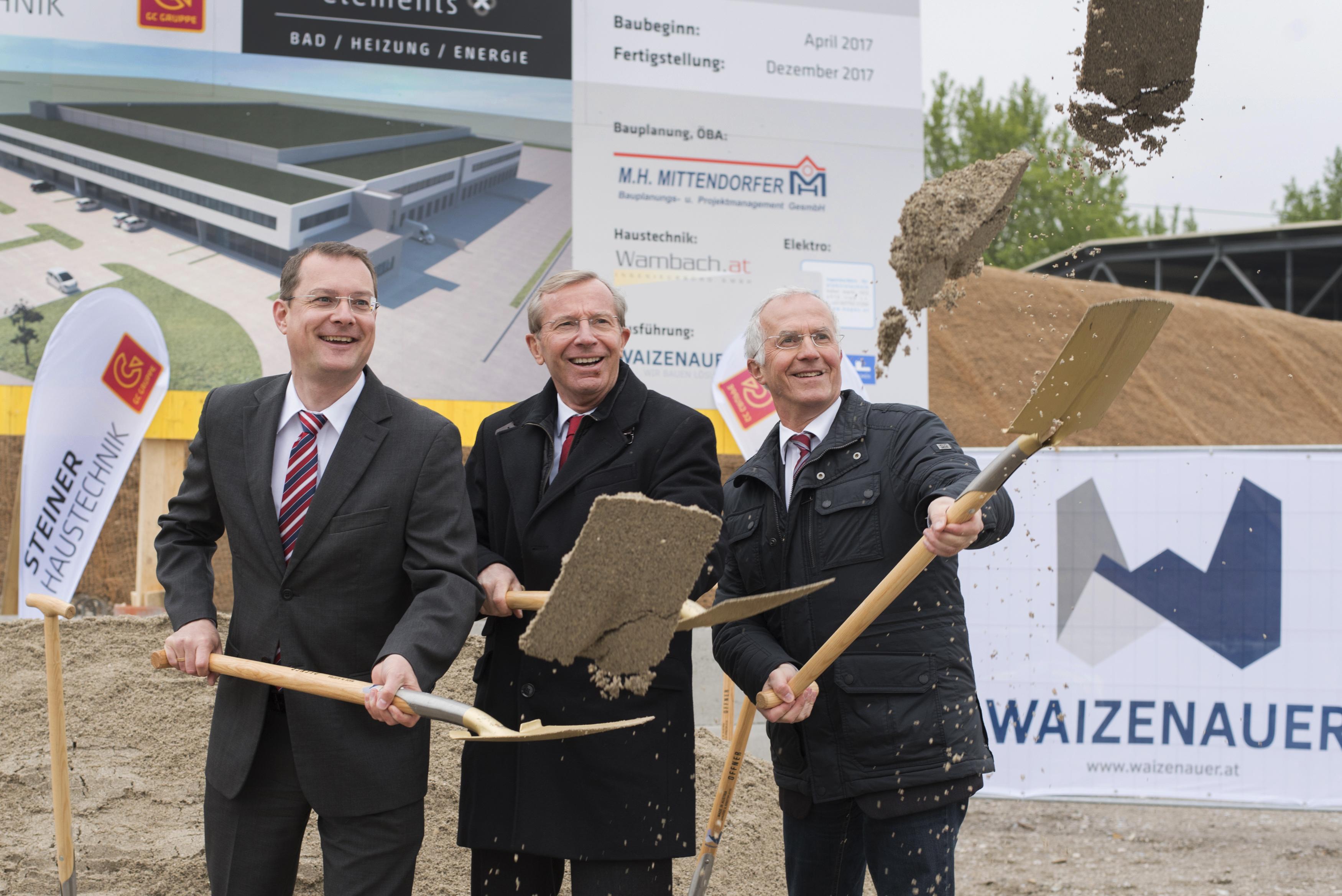 (v.l.): Bernhard Zwielehner (Geschäftsführender Gesellschafter Steiner Haustechnik) mit Wilfried Haslauer (Landeshauptmann Salzburg) und Johann Hutzinger (Bürgermeister Bergheim) beim Spatenstich zur neuen Steiner-Zentrale.