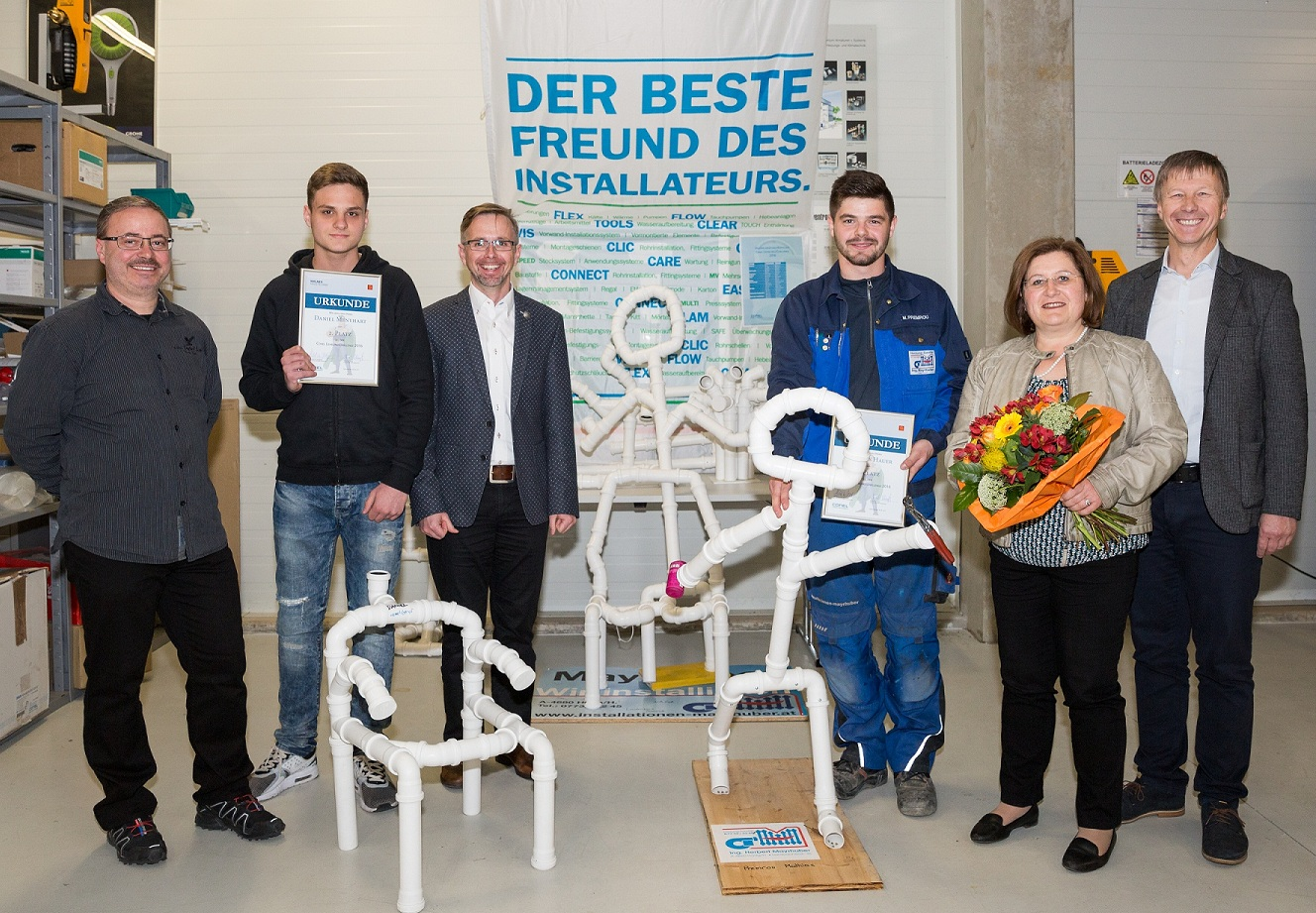 (v.l.): Josef Hemetsberger (Firma Hemetsberger), Daniel Menyhart (2. Platz), Herbert Aichinger (phg Wagner Haustechnik), Mathias Premrou (1. Platz), Andrea Betz (Jurymitglied), Robert Schimpf (Installationsverantwortlicher Wagner Haustechnik).
